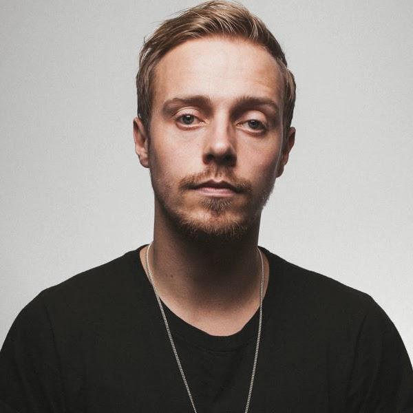 Sam Carter, vocalista do Architects, apostando em mais volume próximo à  boca, o que destaca o formato do rosto também! 081c103758