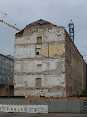 Fassade mit Spuren eines abgerissenen Hauses