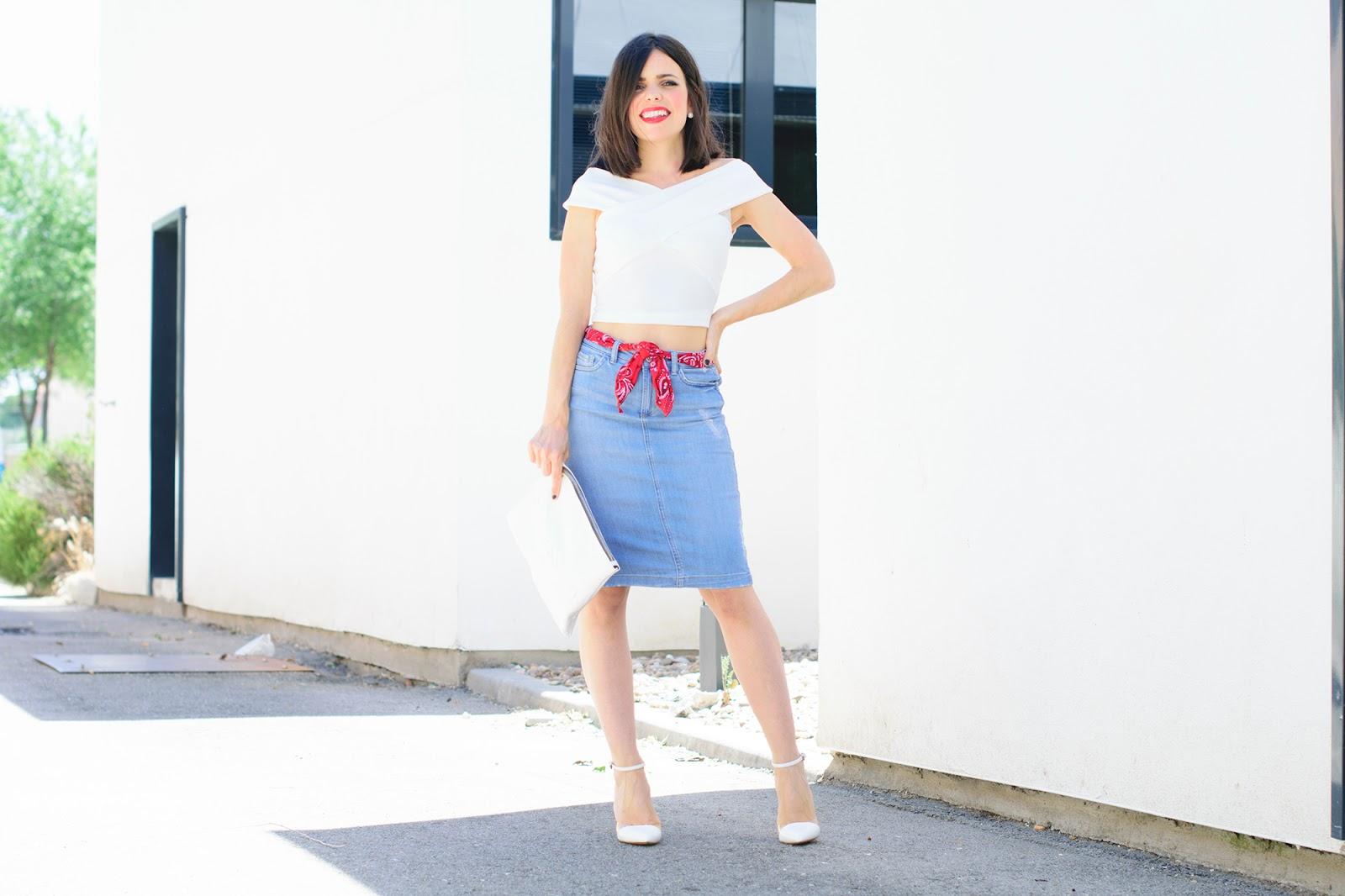 Look con bandana y falda vaquera de Zara