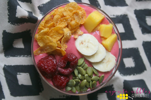 A delicious gluten-free smoothie bowl with fresh fruit, corn flakes and pumpkin seeds. | Anyonita Nibbles