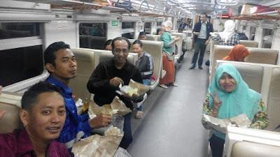 Nikmatnya Buka Puasa Bersama Di Dalam Kereta Api