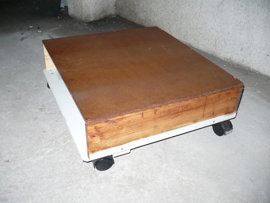 Mesa auxiliar con ruedas con piezas recicladas.