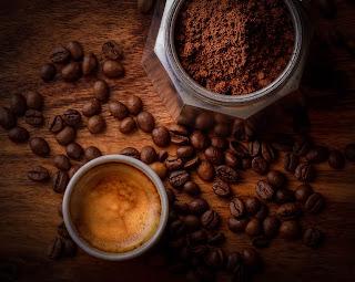 ampas kopi Menghilangkan Bau Pesing dan Amis