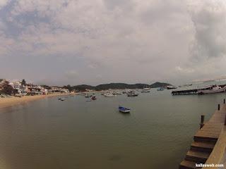 Barcos ancorados na orla de Búzios/RJ.