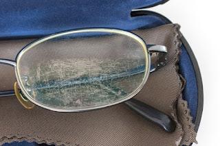 Penyebab Lensa Kacamata Kotor dan Tergores