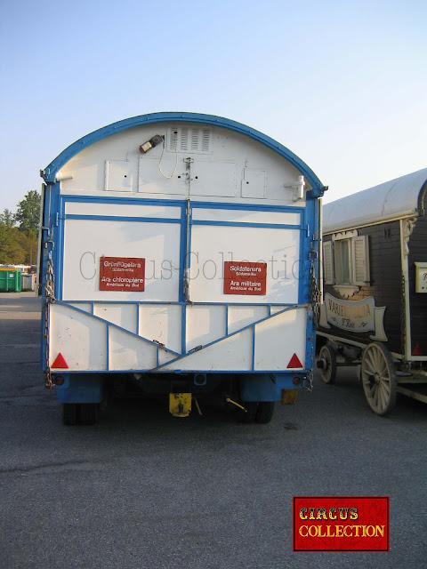 la roulotte arche de noe du zoo du cirque, pliées sur le quai de la gare