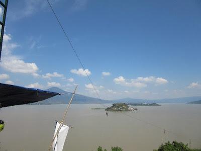 Tirolesa en el Lago de Pátzcuaro entre las Isla de Janitzio y la Tecuena
