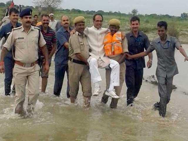 Niat Ingin Blusukan, Pemimpin Ini Malah Minta Gendong Gara-gara Banjir