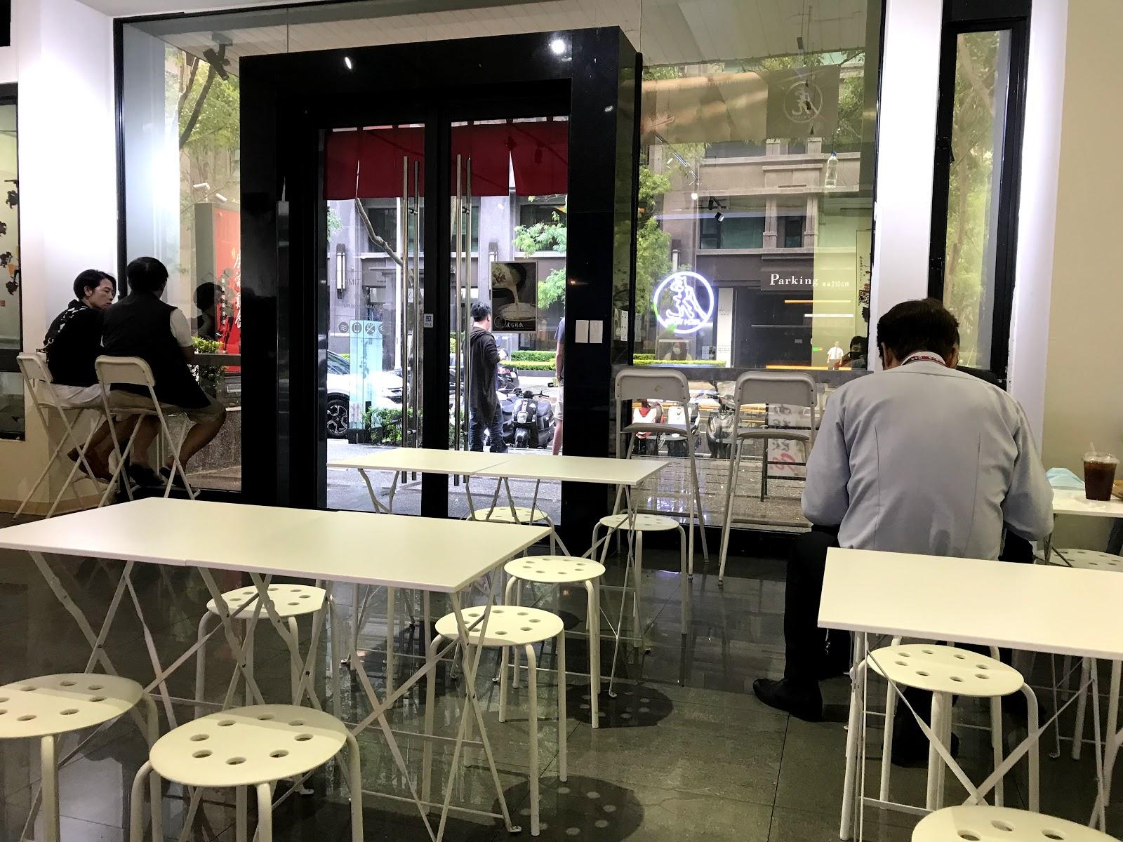 |虎爺雞飯 美術館店|正統馬來西亞滋味的海南雞飯|雞肉鮮嫩多汁配上油亮油亮的雞飯|湯頭濃厚的道地肉骨茶 [高雄 左營]
