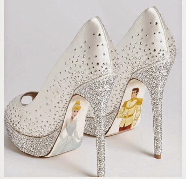 Cinderela e Principe desenhados na parte inferior do sapato louboutin