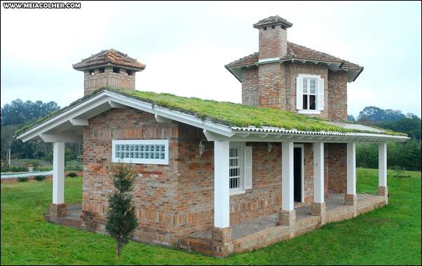 casa de tijolos com telhado verde