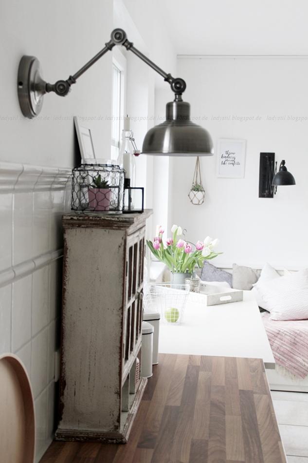 Mit leichten Pastellfarben zieht der Frühling in die Küche ein! Küchenumstyling mit neuen Gelenk-Lampen! Blick über den Küchentresen hin zum Tagesbett mit rosa Kissen