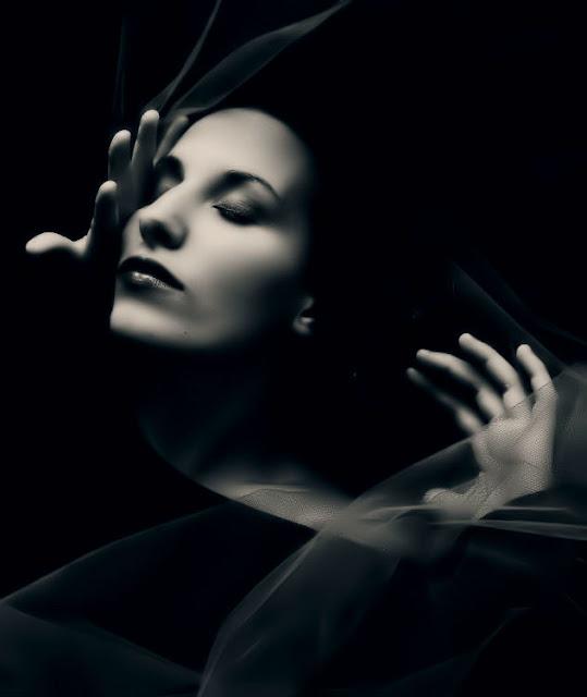 Ela usa véus, filtros, sim...ela se cobre de cuidadas e sutilezas, sabe quando velar e quando se desvelar.
