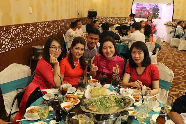 Một fan hâm mộ chụp hình chung với nhóm ca sĩ xinh đẹp