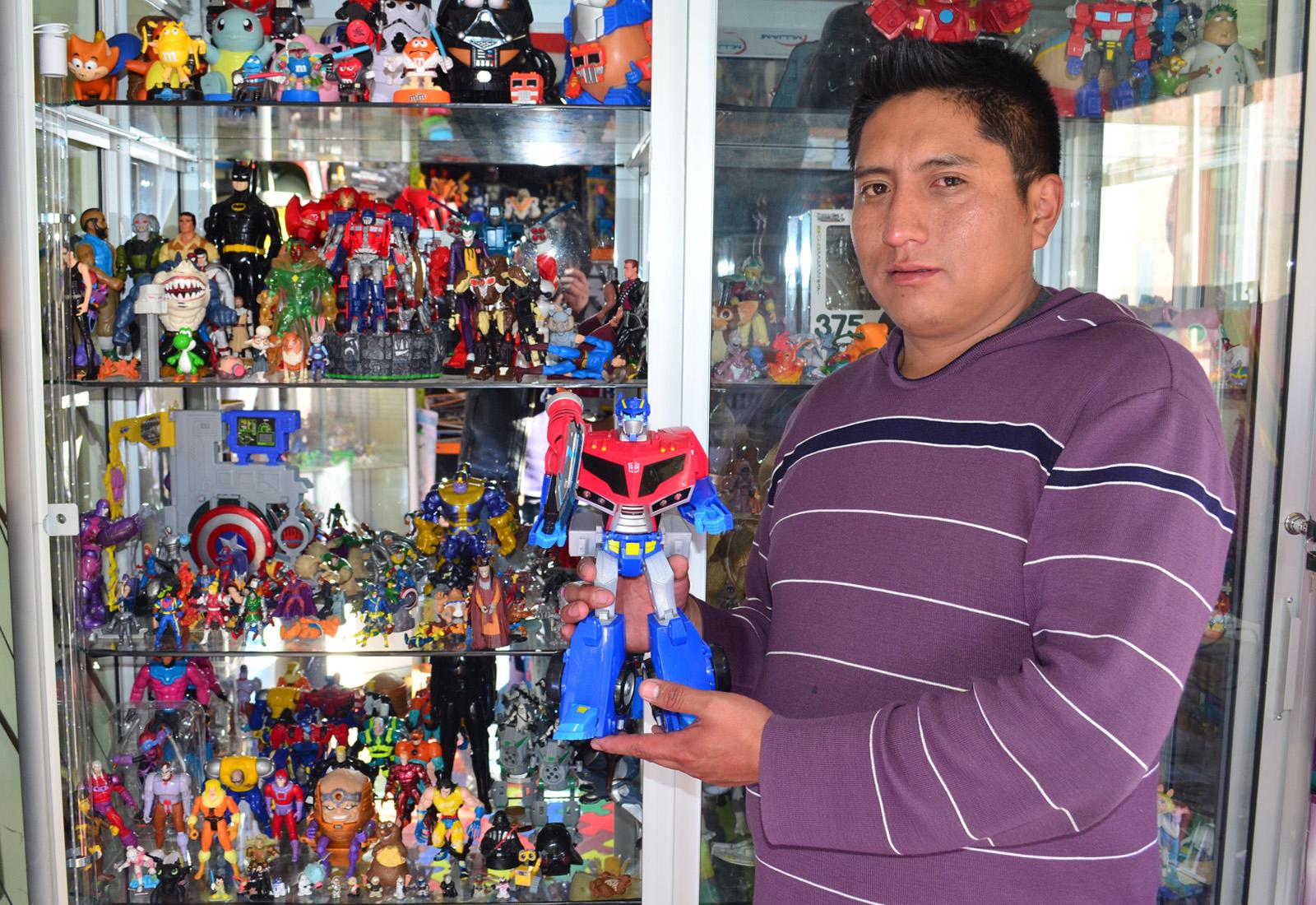 Efraín Medrano muestra las figuras de acción originales que son pedidas por Internet / ALBERTO MEDRANO