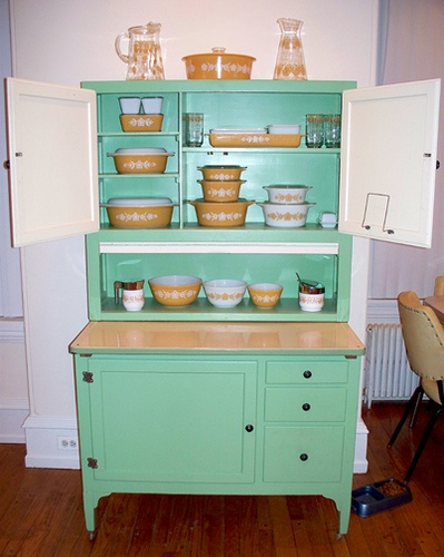 I love Hoosier cabinets. If you do not know what these cabinets are they are the perfect utilitarian self contained kitchen of their time. & Windmill Farm: Hoosier Cabinets and Bin Tables
