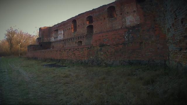 Do ruin Zamku Dybowskiego mam niespełna 1000 metrów. Pomimo, że zamek znajduję się w granicach administracyjnych Torunia - nie cieszy się on wielką popularnością wśród licznych turystów odwiedzających gród Kopernika.