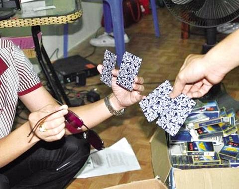 Kính nhìn xuyên lá bài là một trong những dụng cụ bạc bịp