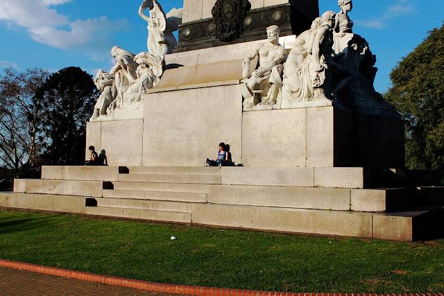 Dos personas al sol en monumento a Mitre