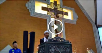 """Keblinger! Kyai di Surabaya ini Mengucap """"Puji Tuhan"""" Sambil Ceramah di Gereja Katolik"""