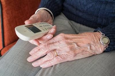 persuna mayor con un telefono en la mano