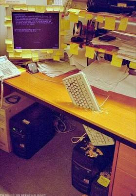 Die Arbeit nervt lustige genervte Bilder - Tastatur durch Schreibtisch gehauen