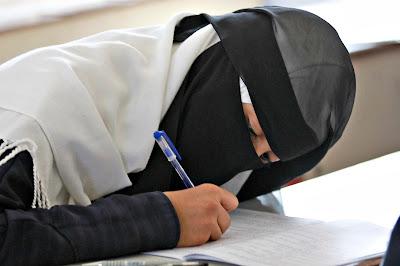 Hukum Cadar Menurut Madzhab Syafi'i Dan Benarkah Cadar Adalah Budaya Arab?