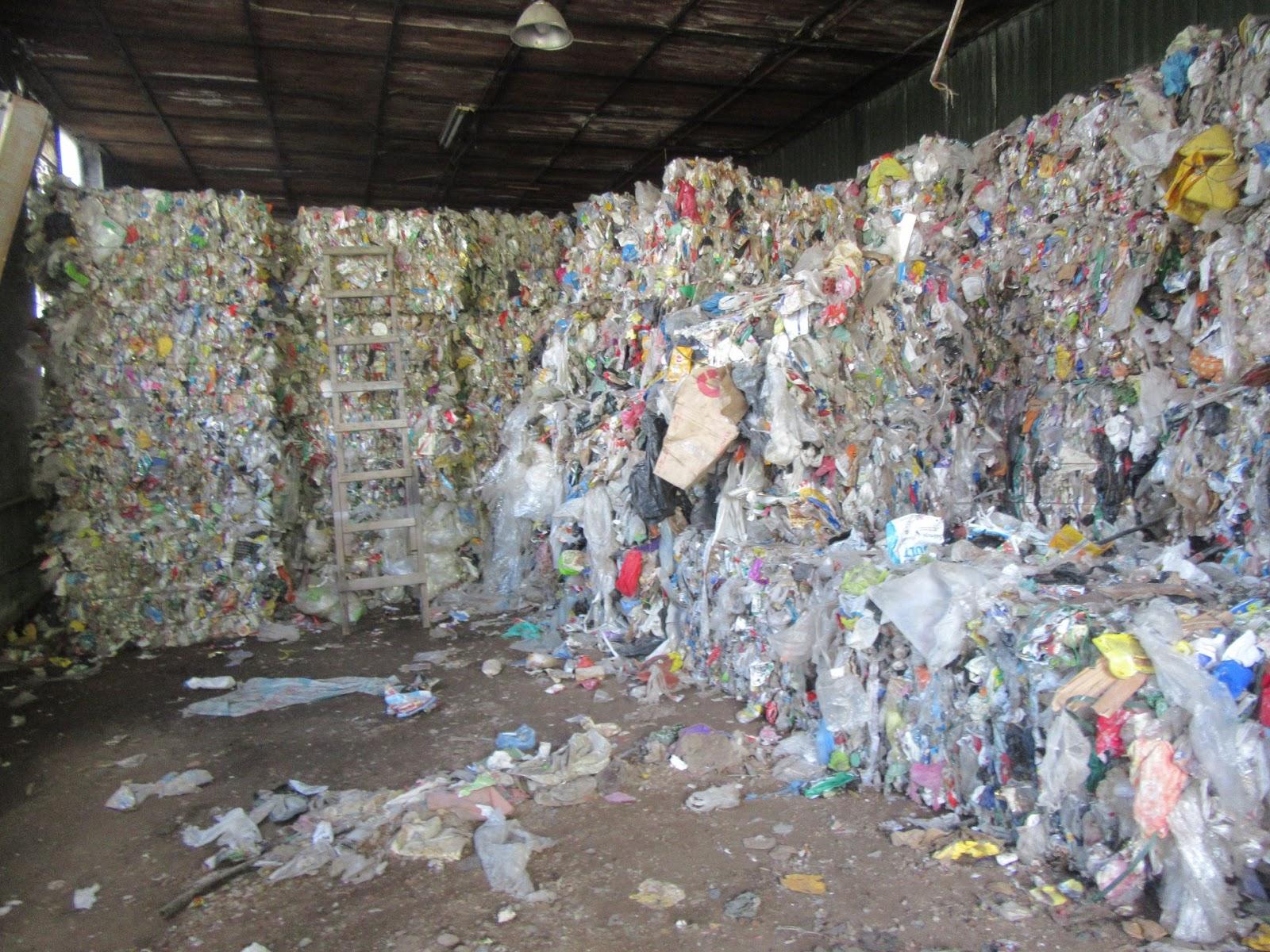 Atkritumu kaudzes telpā