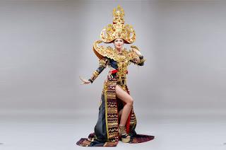 Ariska Putri Pertiwi yang memakai pakaian adat Lampung hasil modifikasi