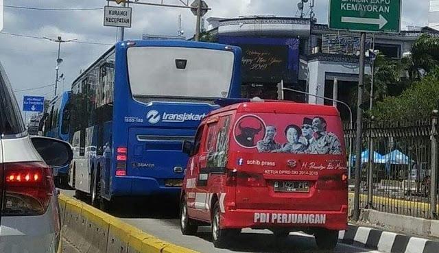 TERCYDUK! Mobil PDIP Masuk Jalur Busway, Warganet: Mau Buru-Buru Tahun Baru #eaa