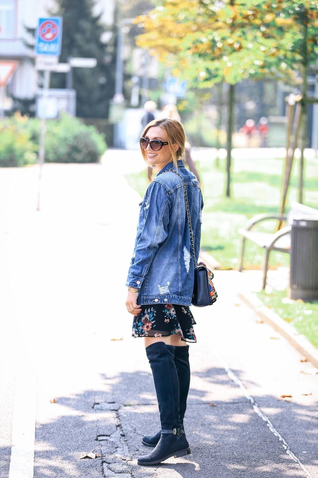 Jeansjacke-bloggerstyle-blogger-mit-jeansjacke-ripped-jacket-blumenkleid-Fashionblogger-aus-deutschland-deutsche-blogger-fashionstylebyjohanna