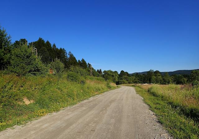 Szutrowa droga z Nowego Łupkowa na dworzec