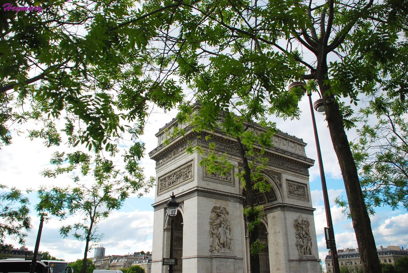 巴黎凱旋門2017/05/20 巴黎戴高樂廣場中央,紀念拿破崙1805年打敗俄奧聯軍的勝利,1806年興建,其間因拿破崙被推翻而停工,於1830年波旁王朝推翻斷斷續續經過30年於1836年7月29日落成。 巴黎的12條大街都以凱旋門為中心,向四周放射