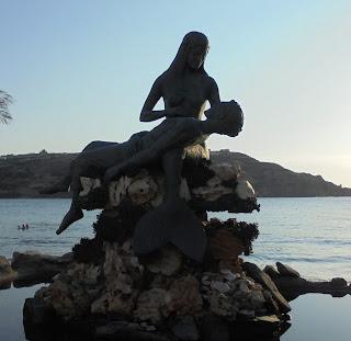 το γλυπτό Γοργόνα Παναγιά στο Κίνι της Σύρου