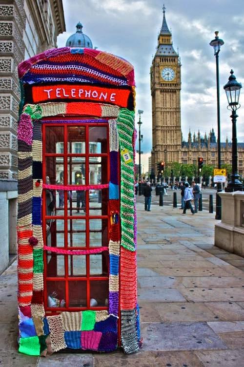Arte urbano: cabina telefónica tejida al crochet