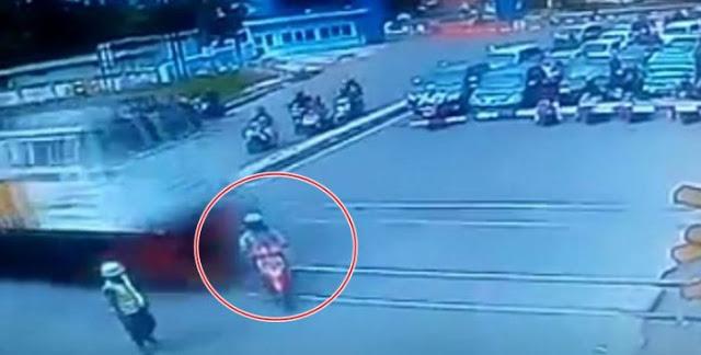 Terobos Palang Pintu, Pengendara Motor Tewas Tertabrak Kereta Api! Detik-detik Mengerikan Itu Terekam CCTV!