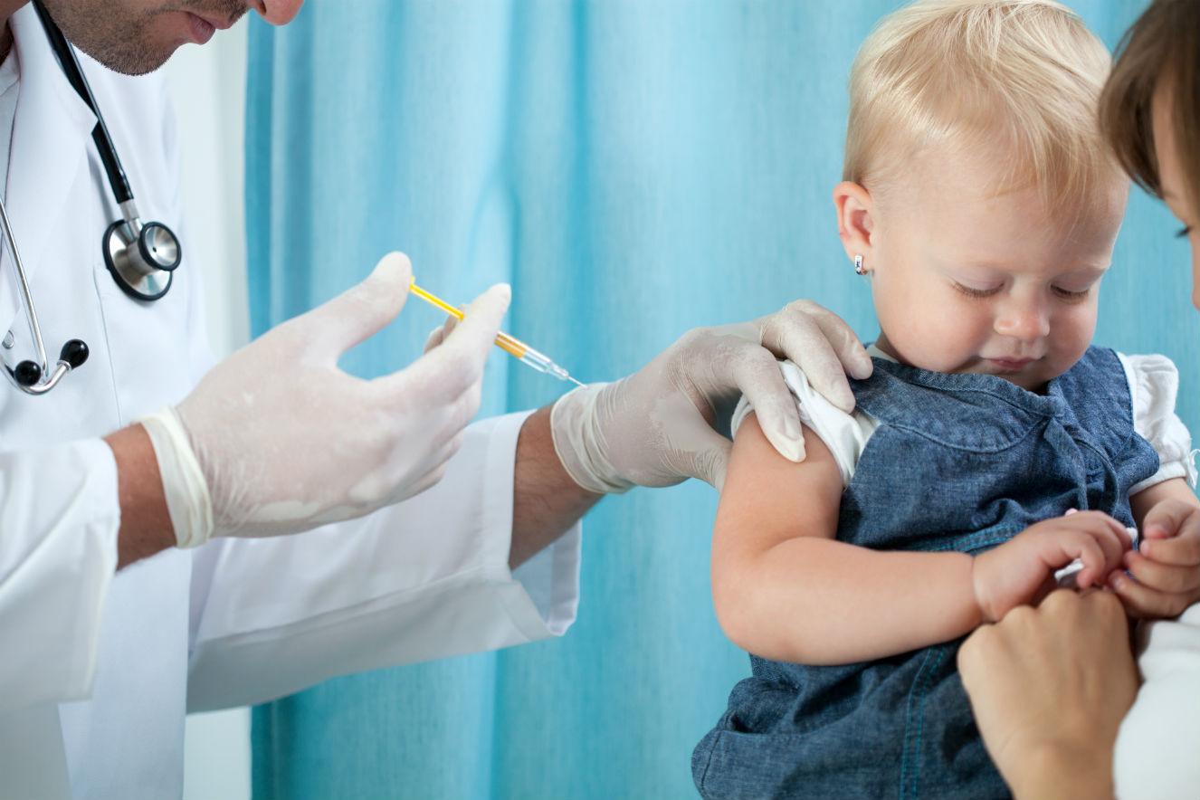 Pediatras viram bem os exames do bebê em campos de batalha de vacinas