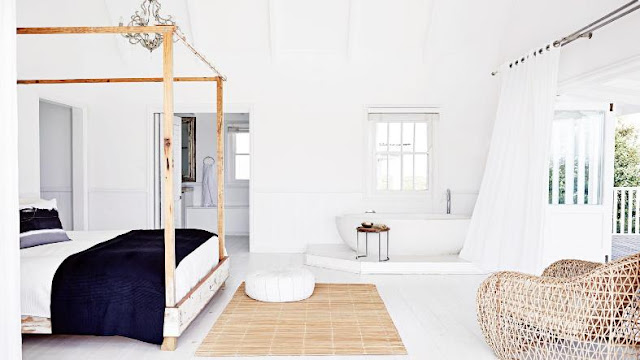 cama con dosel y lampara de araña con salida al jardín chicanddeco