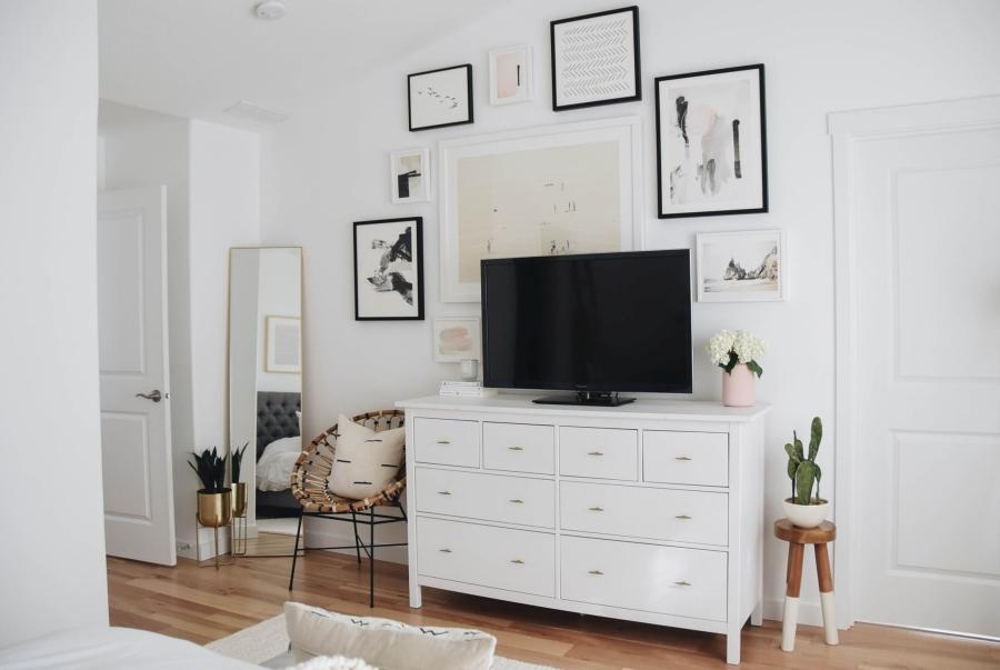 Proste i przytulne wnętrze w bieli, wystrój wnętrz, wnętrza, urządzanie domu, dekoracje wnętrz, aranżacja wnętrz, inspiracje wnętrz,interior design , dom i wnętrze, aranżacja mieszkania, modne wnętrza, białe wnętrza, wnętrza w bieli, styl skandynawski, minimalizm, naturalne dodatki, jasne wnętrza, biała komoda, galeria, plakaty, lustro, fotel