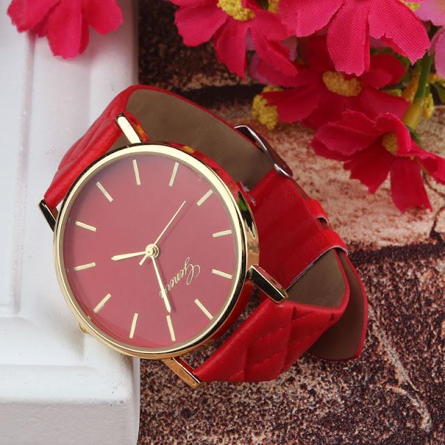 zegarek z czerwonym pikowanym paskiem z Aliexpress