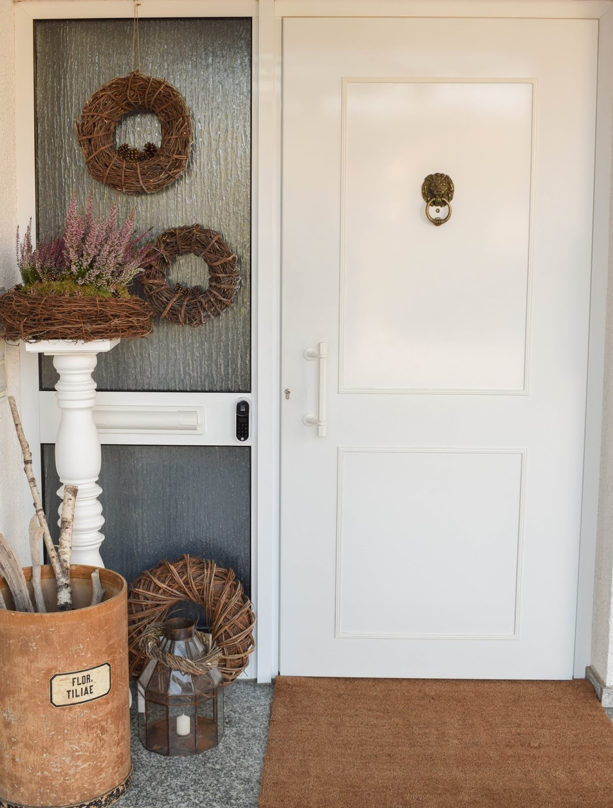 Yale Entr Smartlock: smartes Türschloss für Haustüre. Renovierung Schliesssystem und intelligente Schliessloesung. Smart Home Ideen. Herbstdeko Dekoidee Herbst Kränze Eingang Tür natürlich dekorieren