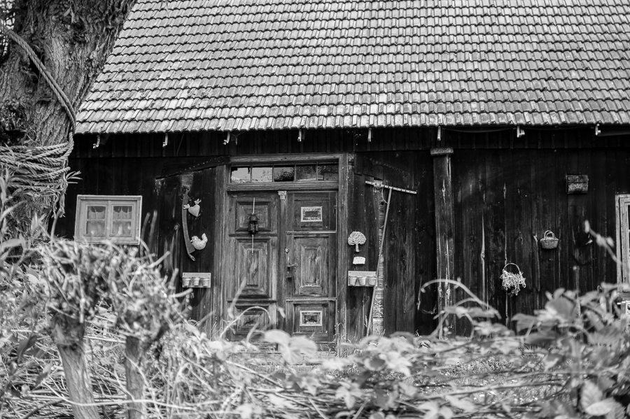 Blog + Fotografie by it's me! | fim.works | SchwarzWeissBlick No 19 | Lost Places im Spreewald, Brandenburg | altes Holzhaus im Spreewald