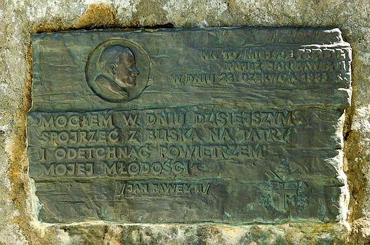 Tablica papieska nad Jarząbczym Potokiem.