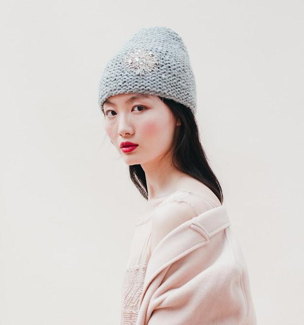 berretto ricamato Jennifer Behr grigio con spilla fiocco di neve