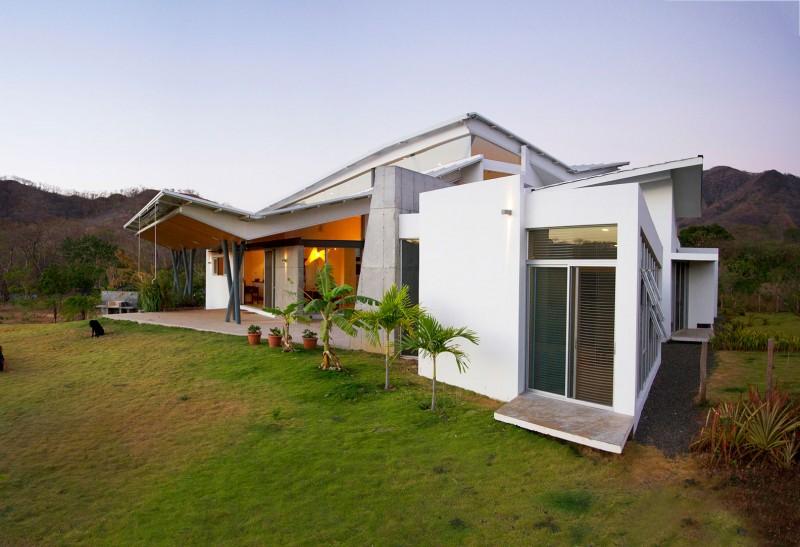 Hogares frescos casa construida en madera permite la luz for Casas modernas futuristas