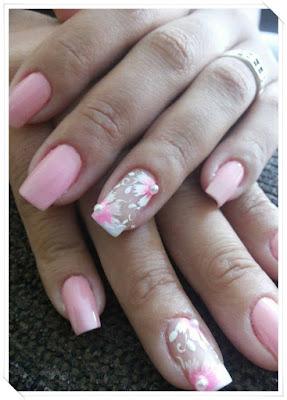 Esmalte rosa bebê com pérolas nas flores