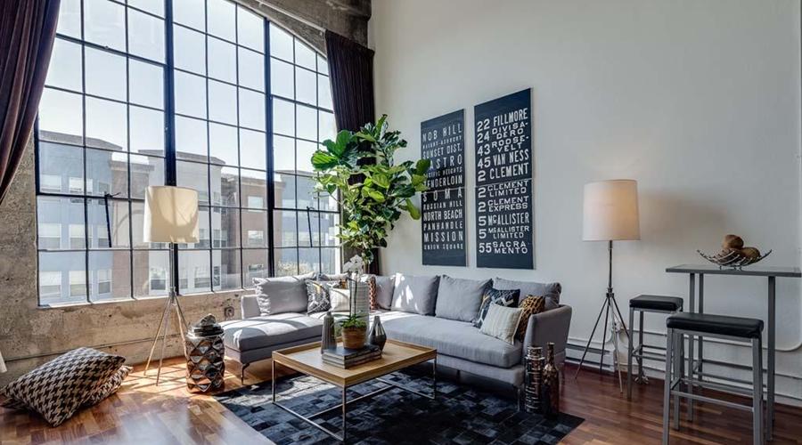 Piękny loft w sercu San Francisco, wystrój wnętrz, wnętrza, urządzanie mieszkania, dom, home decor, dekoracje, aranżacje, salon, living room, szarości, grey, szary