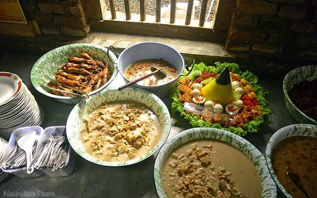 Berbagai menu siap disajikan oleh warung Geblek Pari Nanggulan