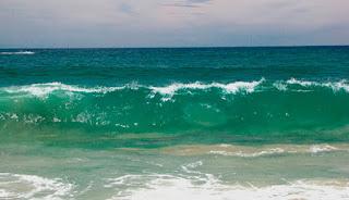 Imagen de varias olas del mar