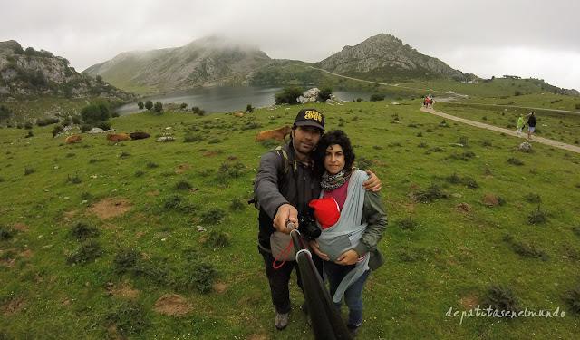 Porteo con bebé en lagos de Covadonga